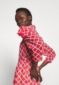 Hofmann Copenhagen - CARLA - Denní šaty - fiery red print - 4