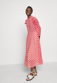 Hofmann Copenhagen - CARLA - Denní šaty - fiery red print - 1