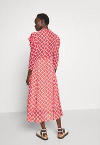 Hofmann Copenhagen - CARLA - Denní šaty - fiery red print - 2
