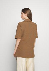 Hofmann Copenhagen - MATILDA - Short coat - desert - 2