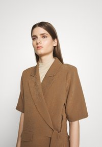 Hofmann Copenhagen - MATILDA - Short coat - desert - 3