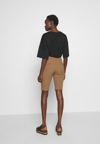 Hofmann Copenhagen - RIANNE - Shorts - desert - 2