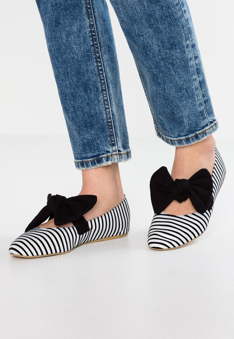 L37 - PRINCESSES RULE - Ankle strap ballet pumps - black/white