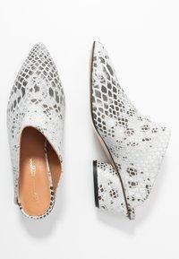 L37 - FALL ON ME - Pantofle na podpatku - white/black - 3