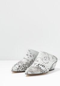 L37 - FALL ON ME - Pantofle na podpatku - white/black - 4