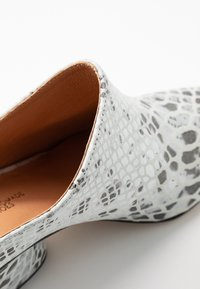 L37 - FALL ON ME - Pantofle na podpatku - white/black - 2
