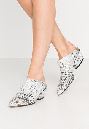 FALL ON ME - Pantofle na podpatku - white/black