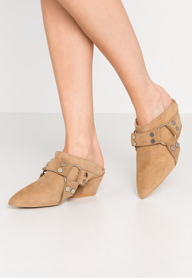 ON & ON - Heeled mules - brown