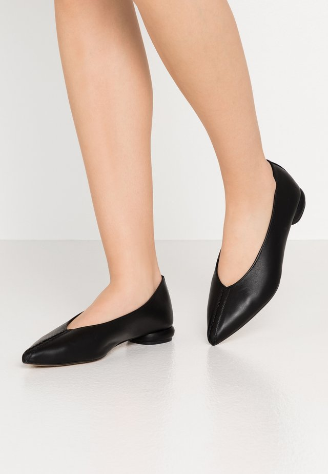 IN THE SHADOWS - Ballet pumps - black