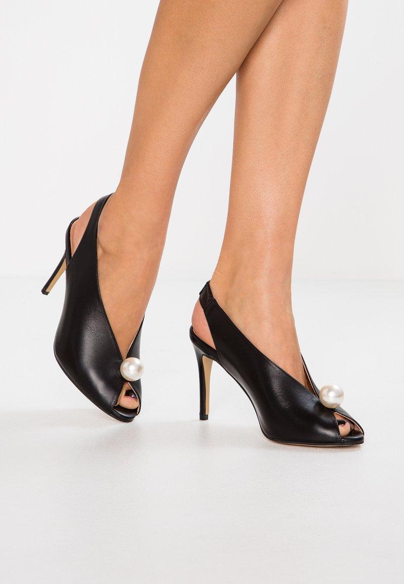 L37 - GLAM - Højhælede peep-toes - black