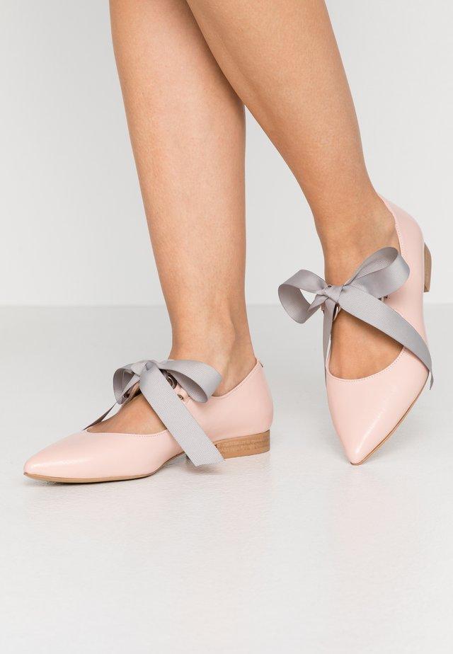 SCHOOLGIRL - Baleríny s páskem - pink