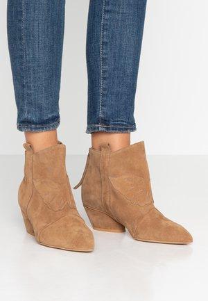 FEEL MY NEEDS - Cowboy/biker ankle boot - tan