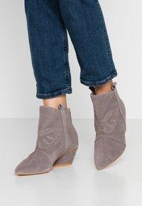 L37 - FEEL MY NEEDS - Cowboy/biker ankle boot - grey - 0
