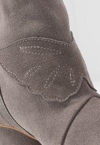 L37 - FEEL MY NEEDS - Cowboy/biker ankle boot - grey - 2