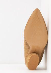 L37 - BRING THE NOISE - Classic ankle boots - beige - 6