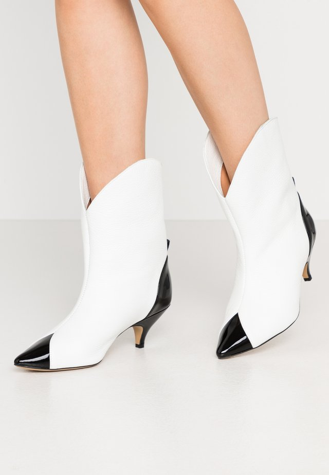 LIKE A DREAM - Cowboy/biker ankle boot - white