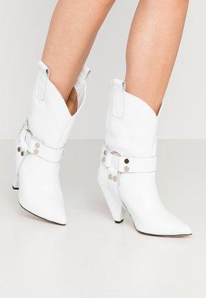 EVEN LOUDER - Boots med høye hæler - white