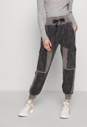 JOGGER FADE OUT LEAF - Teplákové kalhoty - pavement