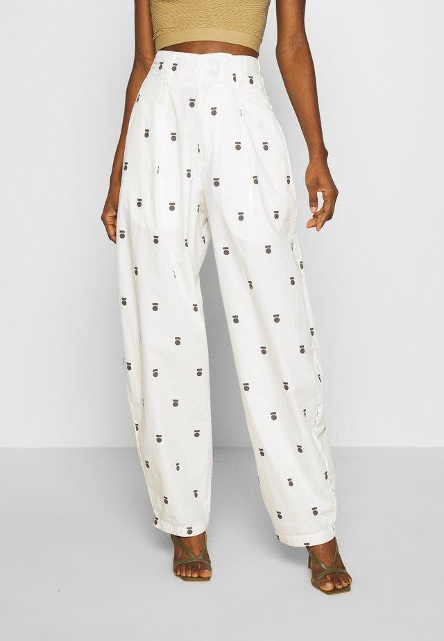 HIGH WAIST PANTS MEDAL - Kalhoty - ecru
