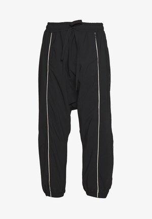 DROPPED PANTS - Pantaloni sportivi - black
