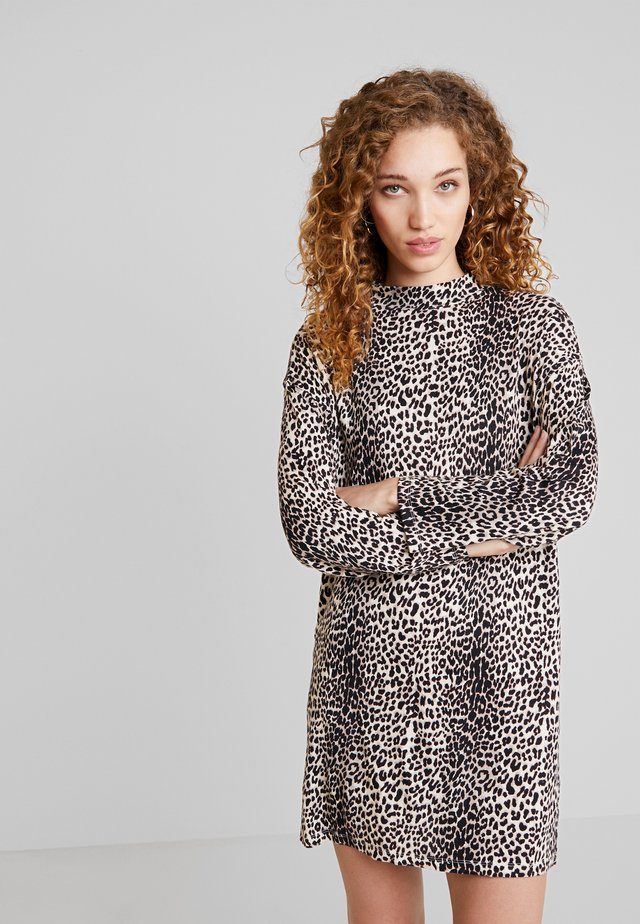 TURTLE NECK DRESS LEOPARD - Jerseyklänning - winter white