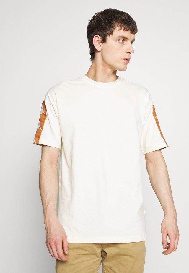 BANDA COZY - T-shirt print - white antique-bronze