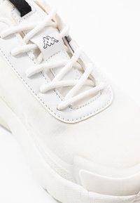 Kappa - DOOLIN - Obuwie treningowe - white/black - 5