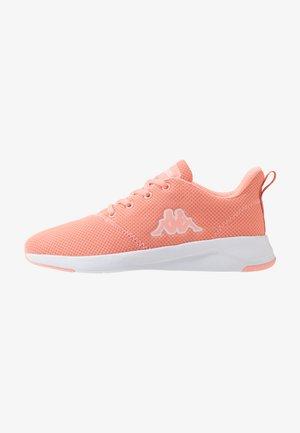 CUMBER - Sportovní boty - coral/white