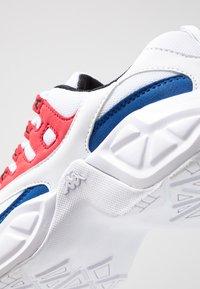 Kappa - OVERTON - Chaussures d'entraînement et de fitness - white/red - 5