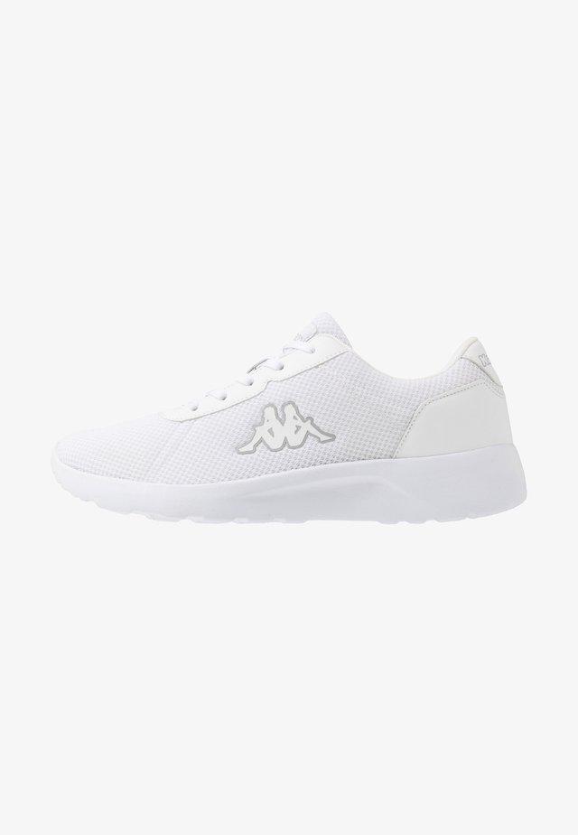 TUNES OC - Gym- & träningskor - white/light grey