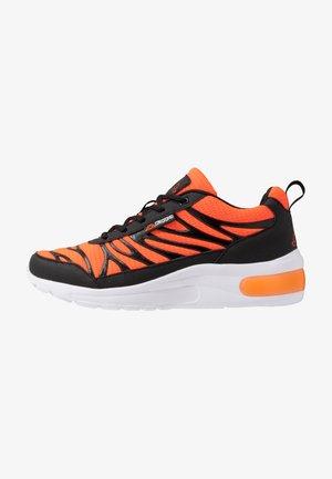 VARIKO - Zapatillas de running neutras - black/orange
