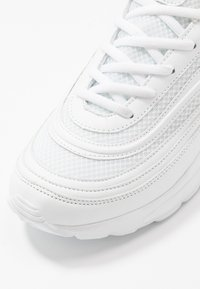 Kappa - SQUINCE - Zapatillas de running neutras - white - 5