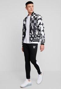 11 DEGREES - RIBBED SKINNY JOGGERS - Teplákové kalhoty - white/black - 1