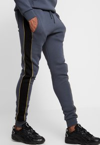 11 DEGREES - SKINNY  - Tracksuit bottoms - black/anthracite/goldpiping - 4