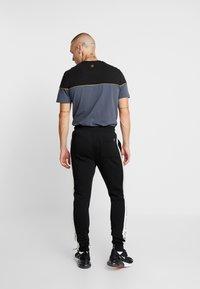 11 DEGREES - TAPED JOGGERS  - Pantalon de survêtement - light grey marl/black - 2