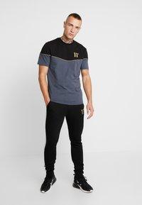11 DEGREES - TAPED JOGGERS  - Pantalon de survêtement - light grey marl/black - 1