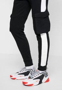 11 DEGREES - WITH UTILITY POCKETS - Teplákové kalhoty - black - 4