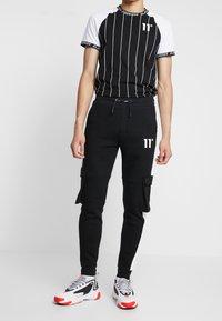 11 DEGREES - WITH UTILITY POCKETS - Teplákové kalhoty - black - 0