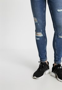 11 DEGREES - ESSENTIAL SUPER STRETCH DISTRESSED - Jeans Skinny Fit - mid blue wash - 3