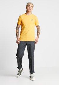 11 DEGREES - CORE MUSCLE FIT - T-shirt print - saffron - 1