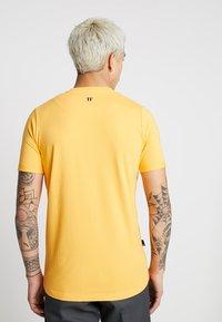 11 DEGREES - CORE MUSCLE FIT - T-shirt print - saffron - 2