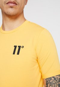 11 DEGREES - CORE MUSCLE FIT - T-shirt print - saffron - 5