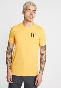 11 DEGREES - CORE MUSCLE FIT - T-shirt print - saffron - 0