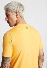 11 DEGREES - CORE MUSCLE FIT - T-shirt print - saffron - 3