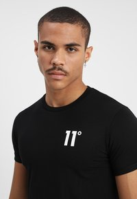 11 DEGREES - CORE MUSCLE FIT - T-shirts print - black - 4