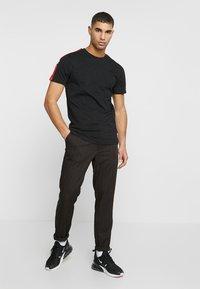 11 DEGREES - SOUTHPAW - T-shirts print - black - 1