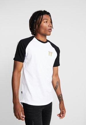TAPED RINGER - Camiseta estampada - white/black/gold