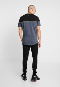11 DEGREES - PIPING - T-shirts med print - black/anthracite - 2