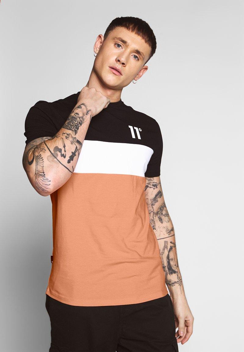 11 DEGREES - TRIPLE PANEL - T-shirts med print - peach melba/black/white