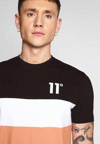 11 DEGREES - TRIPLE PANEL - T-shirts med print - peach melba/black/white - 4